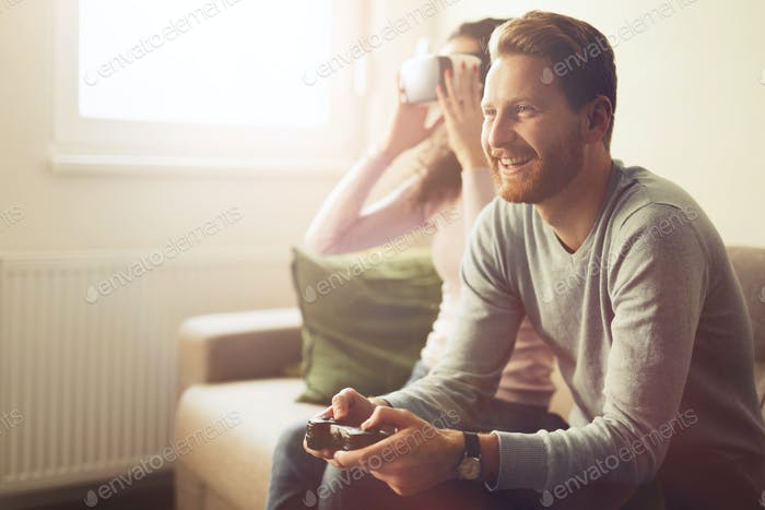 Schönes Paar Video spiele auf der Konsole