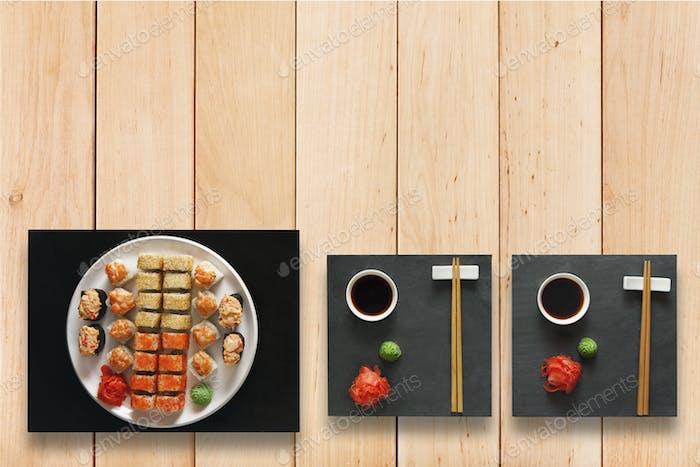 Set Sushi Maki und Brötchen auf Holz.
