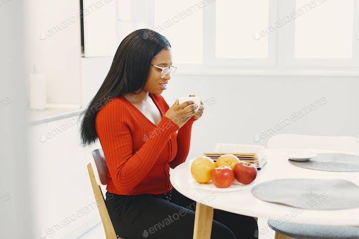Afrikanerin verbringt Zeit zu Hause