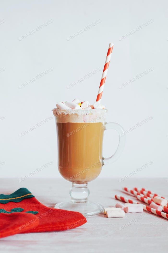 Navidad bodegón - taza de chocolate caliente con malvaviscos