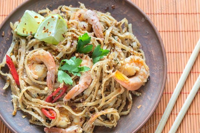Thailändische gebratene Reisnudeln mit Garnelen