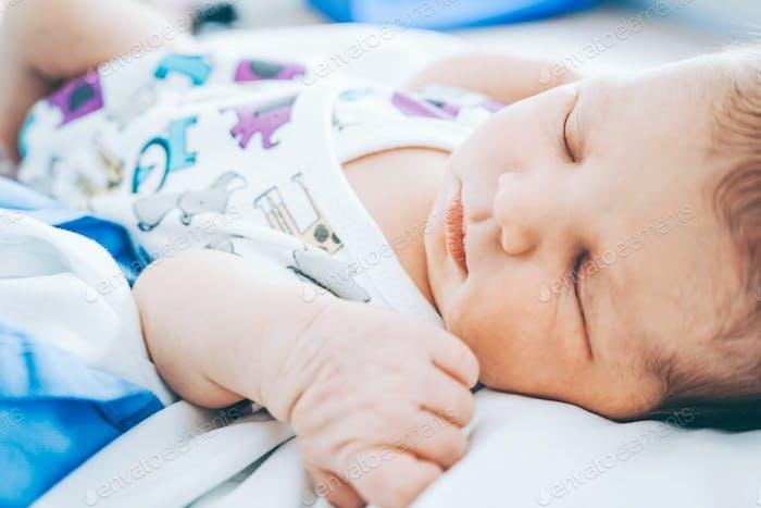 Schönes reales Bild eines neuen geboren in ihrem ersten Tag des Lebens