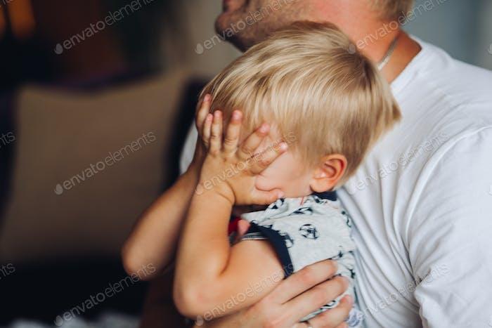 El bebé está llorando. El niño está llorando mucho