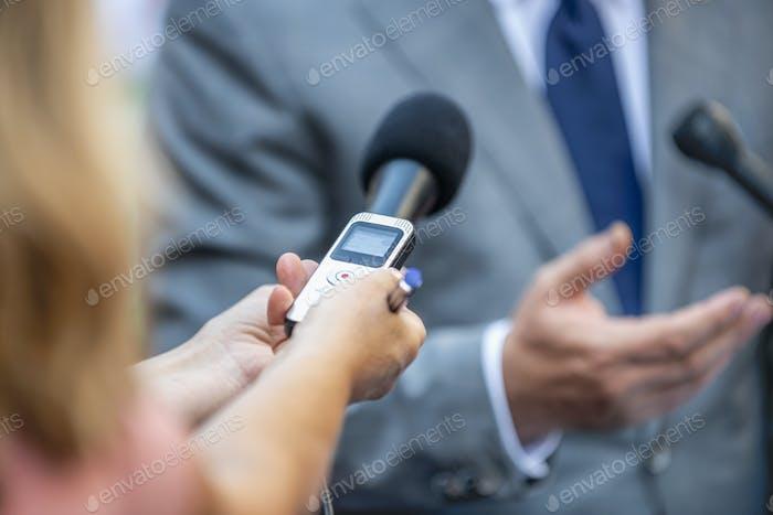 Medieninterview. Journalisten im Interview mit Politiker oder Wirtschaft