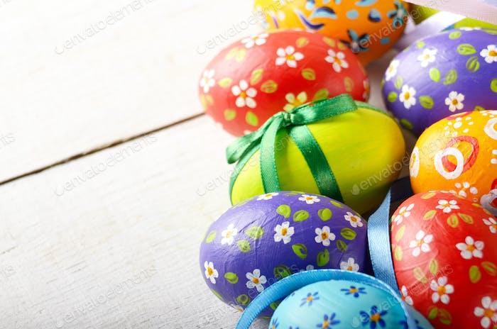Pintado decorado huevos de Pascua sobre mesa blanca