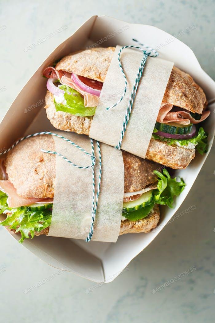 Vollkornbrot Sandwiches mit Schinken