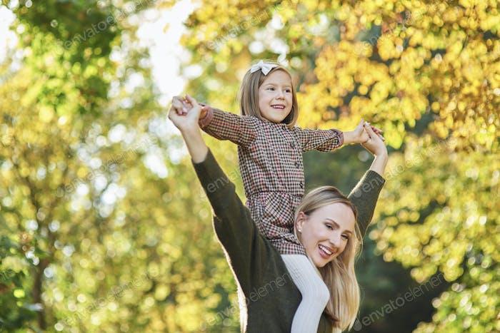 glücklich Mädchen mit Spaß mit Mama auf frisch Luft