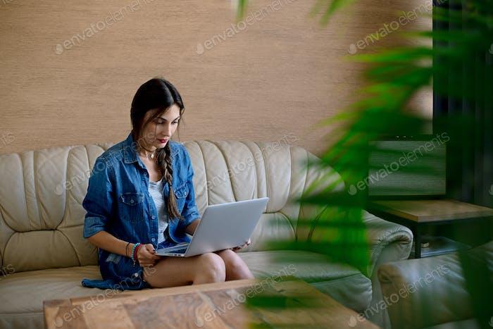 Mädchen Surfen im Internet mit Laptop