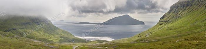 Panorama malerischen grünen Rasenhügeln. Atlantischer Ozean in Färöer Inseln.