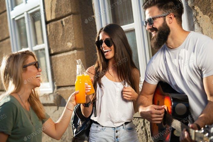 Grupo de Amigos pasar el rato, divertirse y disfrutar de los días de verano