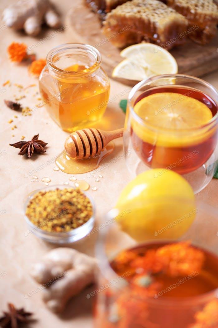 Alternatives Medizinkonzept. Zutaten für die Grippe Bekämpfung von natürlichem Heißgetränk. Kopierraum. Zitrone
