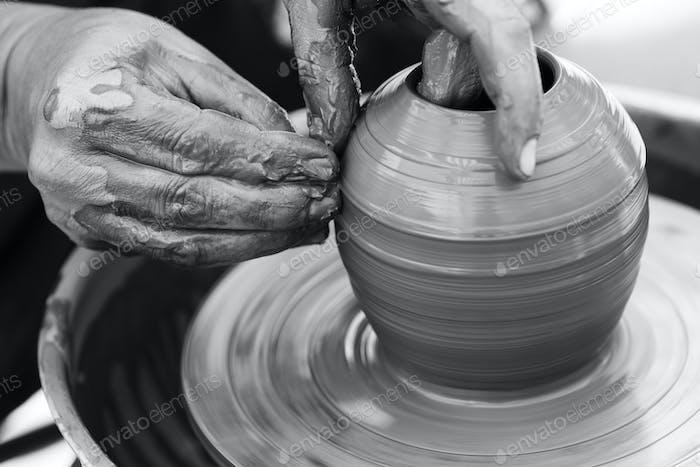 Potter que hace maceta de cerámica en la rueda de cerámica