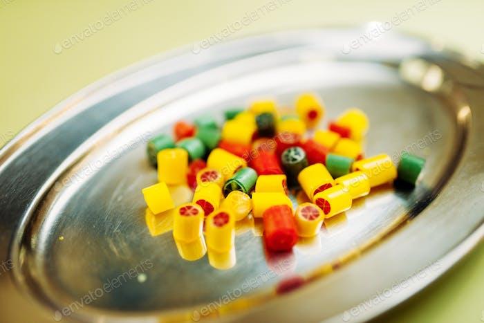 Bunte handgemachte Zucker Karamell Süßigkeiten in Teller