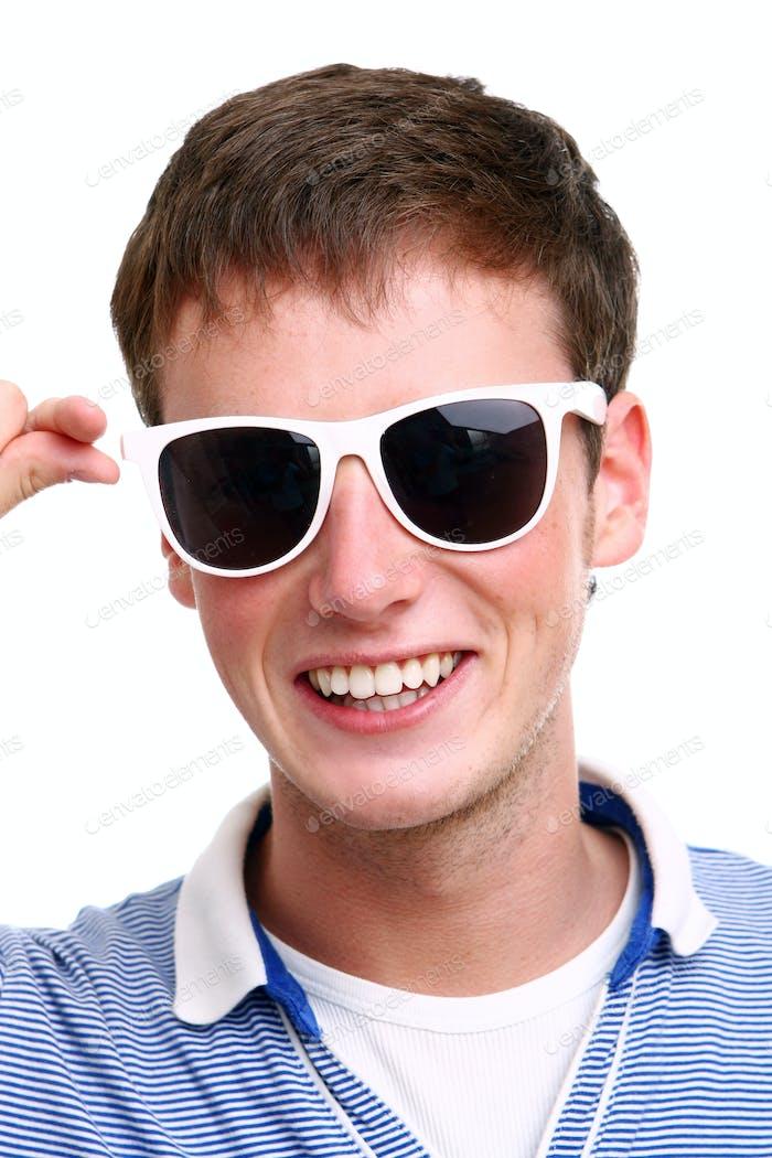 junger und attraktiver Junge auf weiß