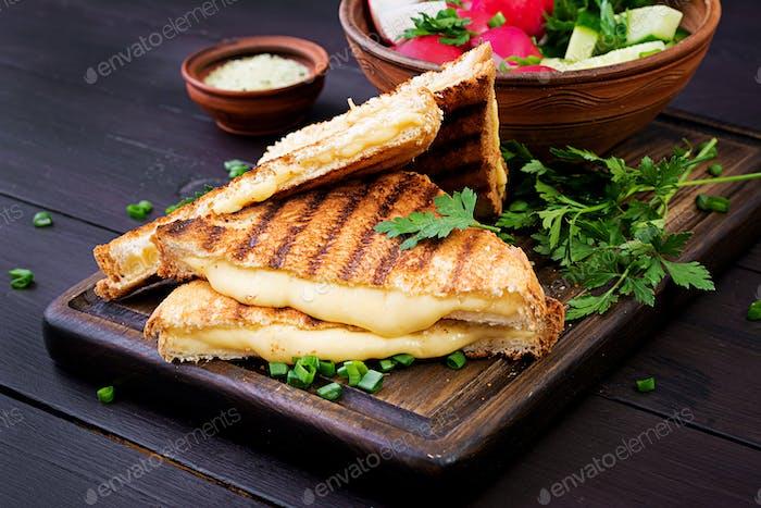 Amerikanisches Heißkäse-Sandwich. Hausgemachtes gegrilltes Käse-Sandwich zum Frühstück.