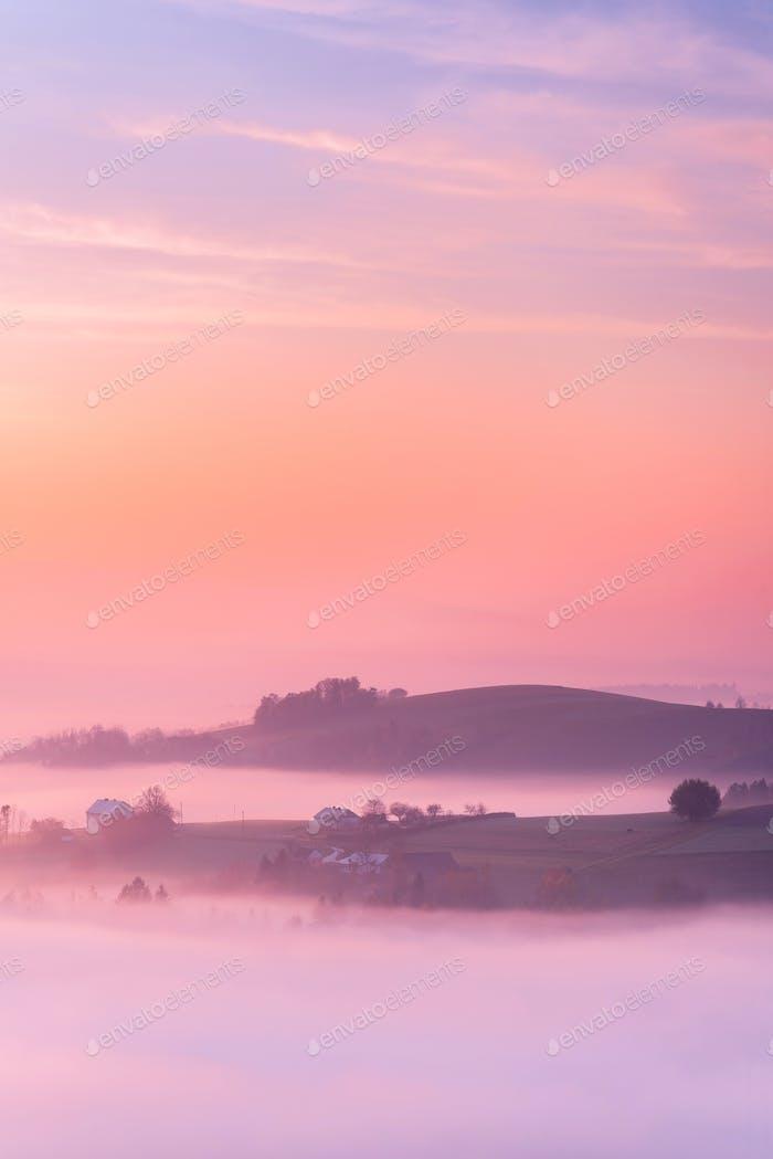 Campos de agricultura en niebla al amanecer. Temporada de otoño. Coun Polaco