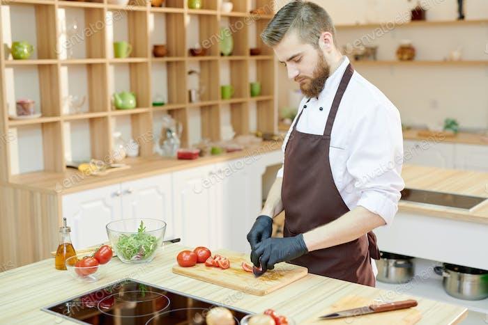 Ensalada de cocina profesional del chef en el Restaurante