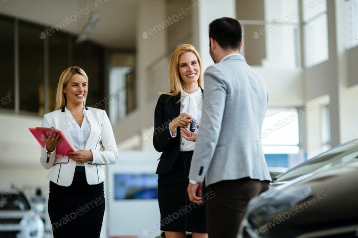 Auto-Geschäft, Autoverkauf, Konsum- und Menschenkonzept