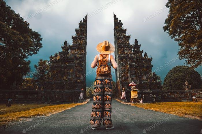 Frau mit Rucksack erkundet Bali, Indonesien.