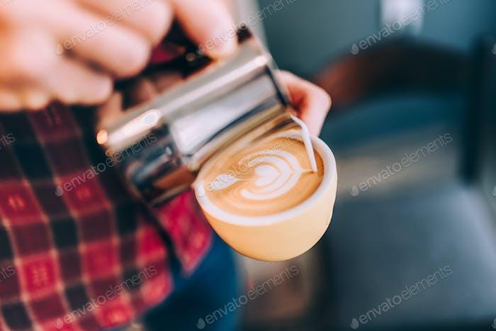 Details von Barista, Nahaufnahme Kaffee Latte Kunst im Café