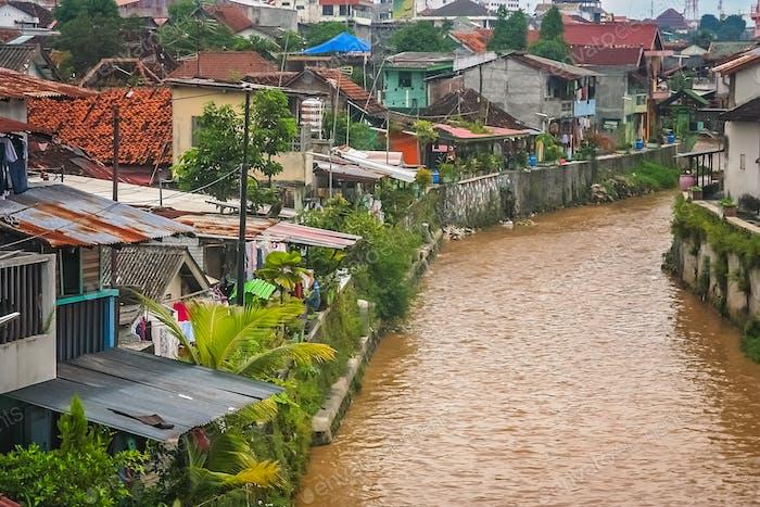 Fluss fließt durch die Stadt Bukittingi