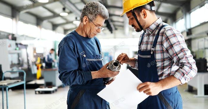 Team von Ingenieuren mit Diskussion in der Fabrik