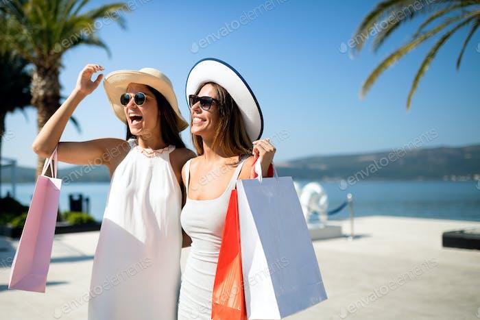 Vida de lujo para dos Mujeres caminando y de compras de vacaciones