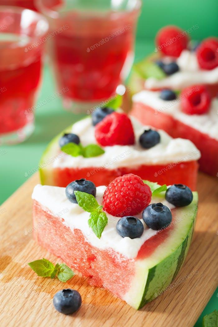 Wassermelone Pizzascheiben mit Joghurt und Beeren, Sommerdessert