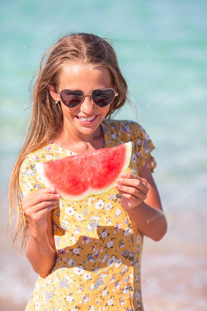Glückliches Kind auf dem Meer mit Wassermelone