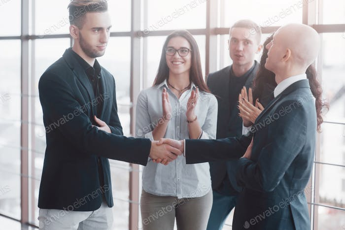 Zwei selbstbewusste Geschäftsmann Händeschütteln während eines Treffens im Büro, Erfolg, Handel, Gruß