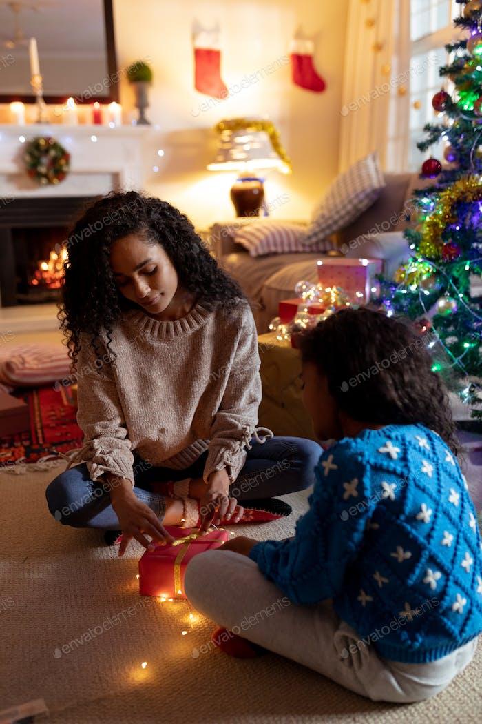 Familie zu Hause zu Weihnachten
