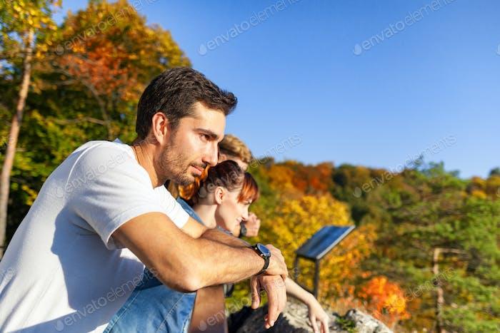 Gruppe von Touristen auf dem Gipfel des Berges schauen und Landschaft