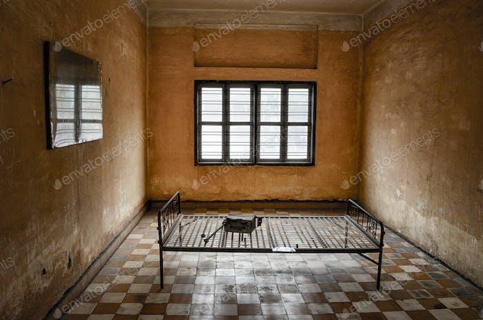 Innenansicht der Gefängniszelle im Tuol-Sleng-Genozid-Museum, Phnom Penh, Kambodscha.