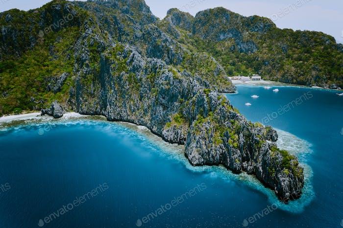 Miniloc Insel mit Kalksteinklippen. LuftDrohne Panoramabild. Bacuit-Archipel, El Nido