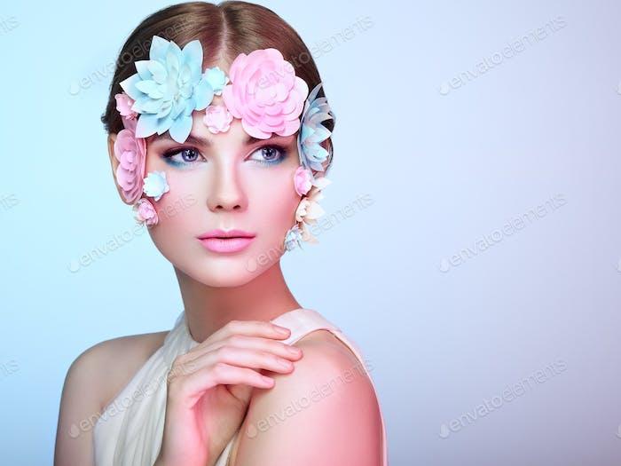 Gesicht der schönen Frau mit Blumen verziert