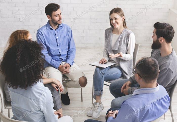 Psychotherapeut im Gespräch mit Patienten der Unterstützungsgruppe
