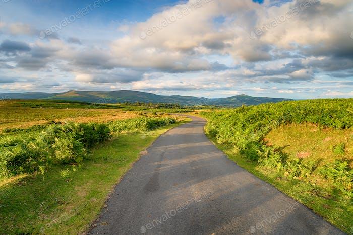 Eine Landstraße in der Nähe von Llangatock in den Brecon Beacons,