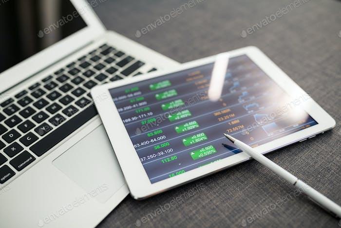 Digitales Tablet mit Diagrammen und Diagrammen