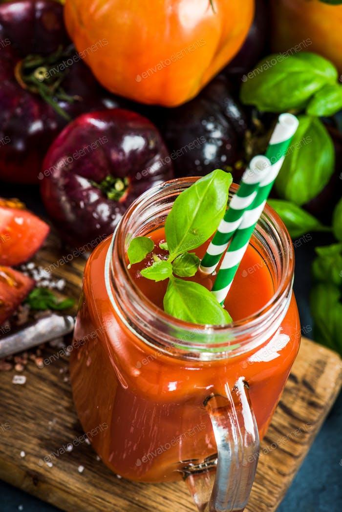 Tarro con jugo de tomate casero fresco