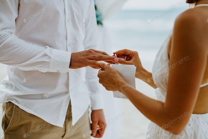 Strand Hochzeitszeremonie mit Gelübde und Ringaustausch