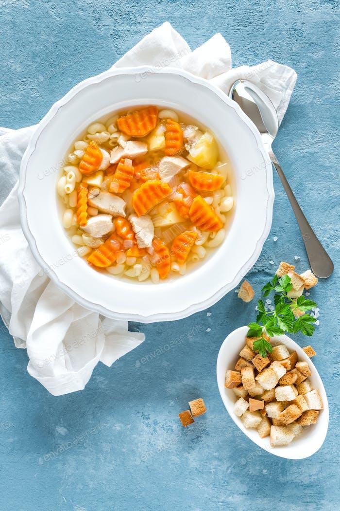 Hühnersuppe, Brühe mit Fleisch, Nudeln und Gemüse