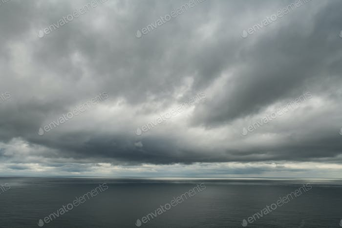 Wasser des Atlantischen Ozeans und drammatischer bewölkter Himmel