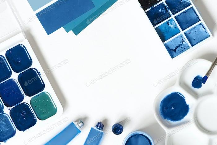 Kunsthintergrund mit blauen Farben auf Weiß