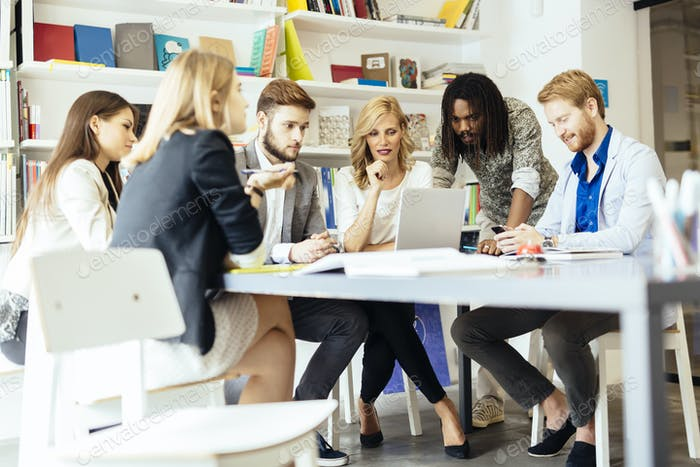 Gruppe von Designern, die Trends diskutieren