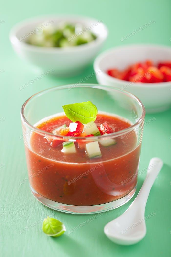 kalte Gazpacho Suppe im Glas und Zutaten