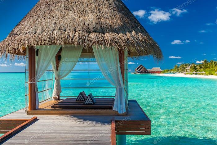 Romantisches und luxuriöses Overwater Spa mit Blick auf die tropische Lagune
