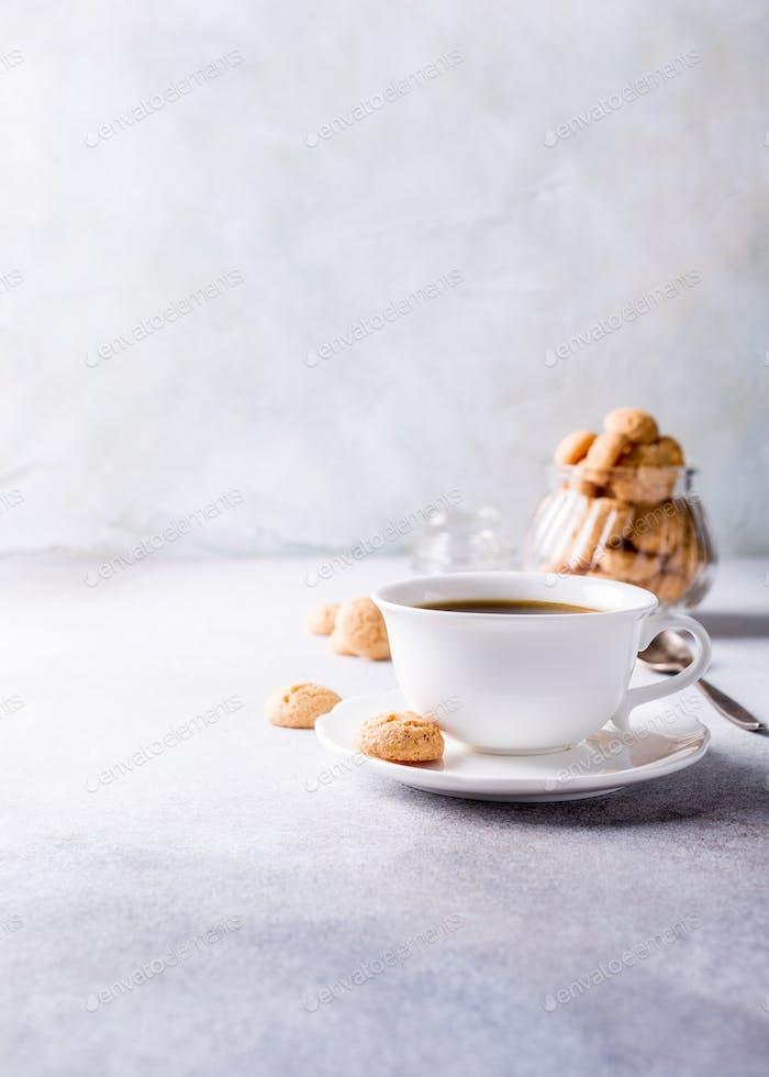 Weiße Tasse Kaffee mit Amaretti-Plätzchen