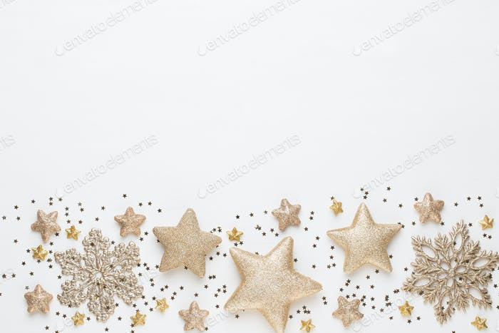 Weihnachtskomposition. Weihnachtsschmuck auf weißem Hintergrund. Flachlage, Draufsicht