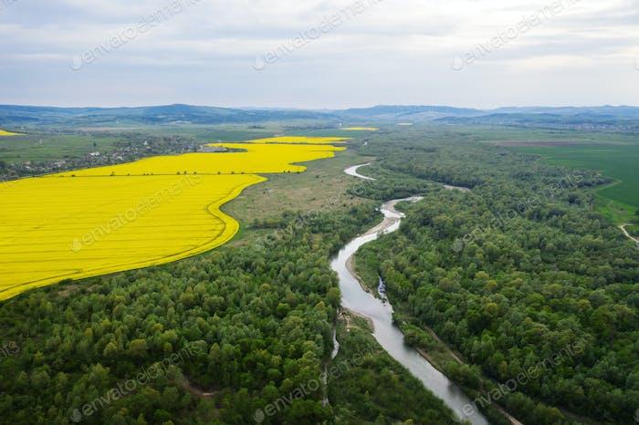 Luftbild Drohne Foto durch majestätischen Fluss
