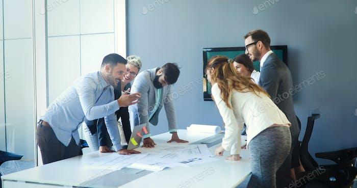 Geschäftsleute treffen sich rund um den Tisch